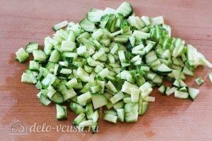 Салат из яиц, огурцов и помидоров: Нарезаем кубиками огурцы