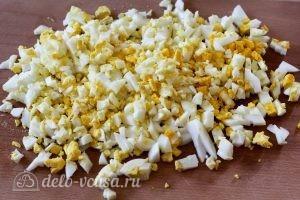 Салат из яиц, огурцов и помидоров: Нарезаем отварные яйца