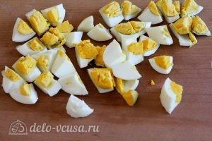 Салат с огурцом и яйцом: Отварить и нарезать яйца