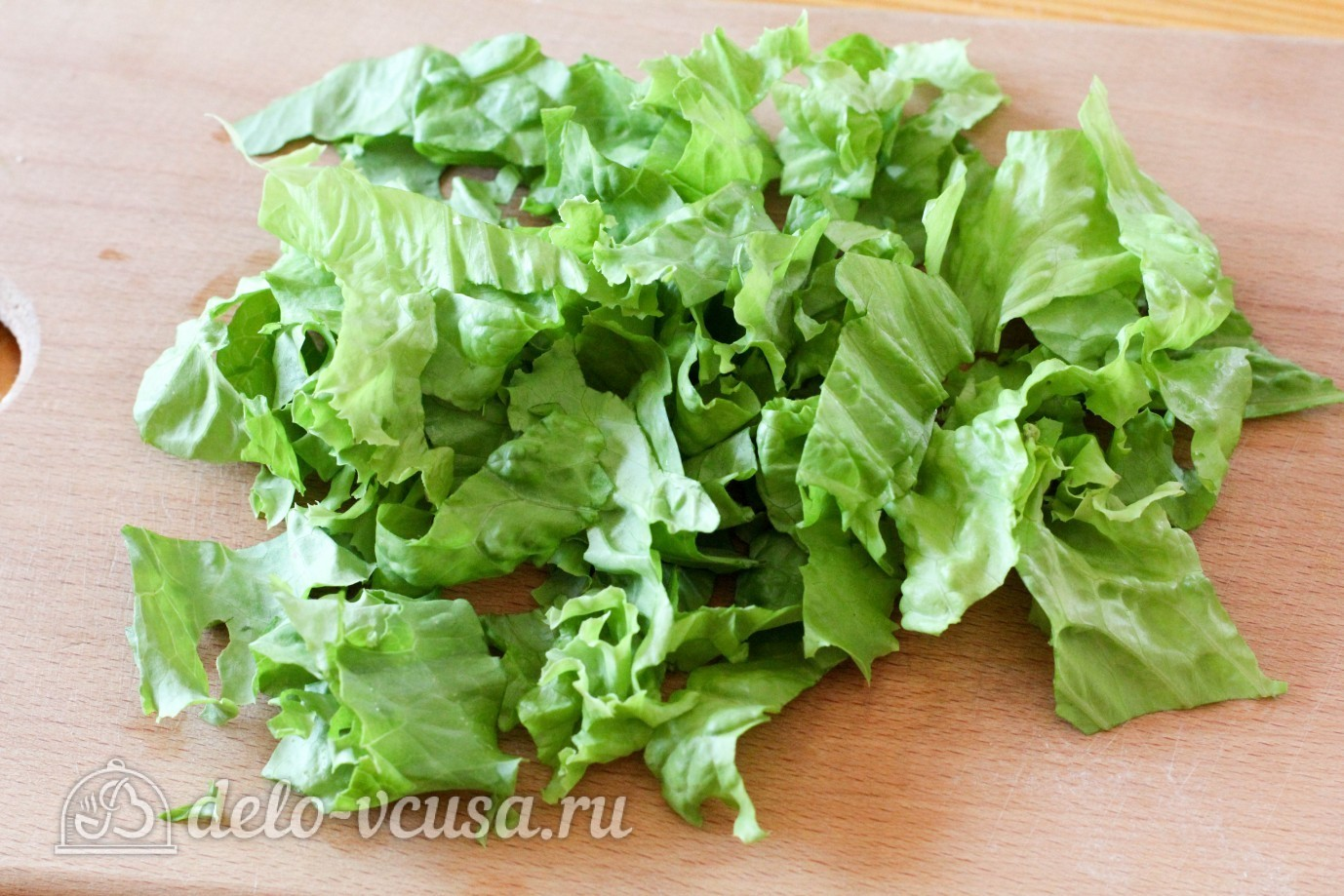 Салат с огурцом и яйцом: Помыть и нарезать листья салата