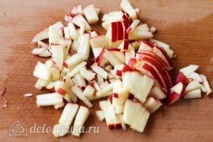 Салат с сухариками: Яблоко нарезать