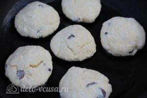 Сырники с изюмом и манкой: Выложить сырники на сковороду