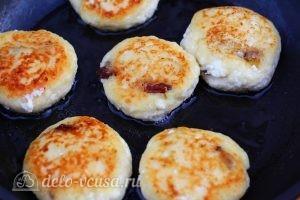 Сырники с изюмом и манкой: Обжарить сырники