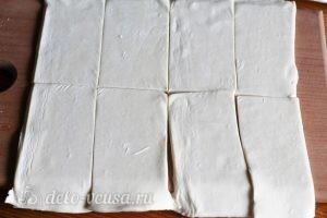 Слойки с малиной: Разрезать тесто