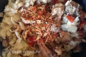 Бигус с курицей: Добавить специи по вкусу
