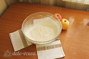 Цветаевский пирог с яблоками: Просеять муку