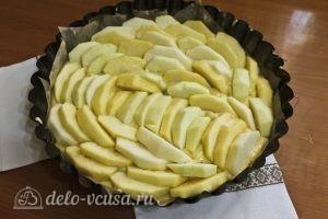 Цветаевский пирог с яблоками: Выкладываем тесто и яблоки в форму