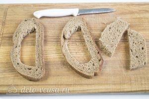 Яйцо с сыром в хлебе: Вырезаем мякиш в хлебе