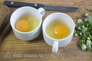 Яйцо с сыром в хлебе: Разбиваем яйца в чашки