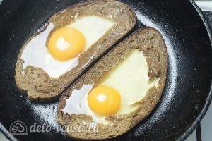 Яйцо с сыром в хлебе: Выливаем яйца