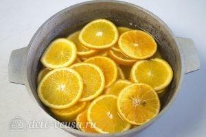 Карамелизированные апельсины: Залить водой апельсины