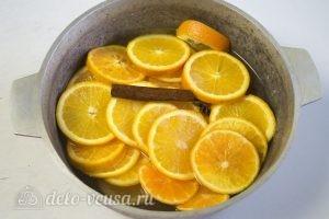 Карамелизированные апельсины: Залить апельсины сиропом и варить
