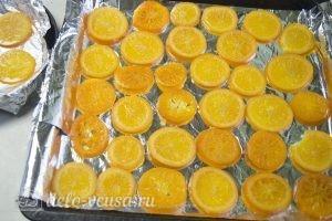 Карамелизированные апельсины: Выложить апельсины на противень