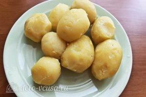 Картофельные клецки: Охлаждаем и чистим картофель