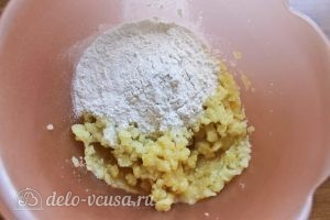 Картофельные клецки: В пюре добавляем муку и взбитое яйцо