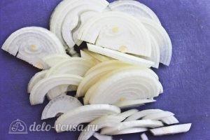 Картофельные клецки: Моем, режем и обжариваем лук