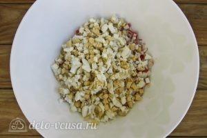 Крабовый салат с огурцом: Нарезать яйца