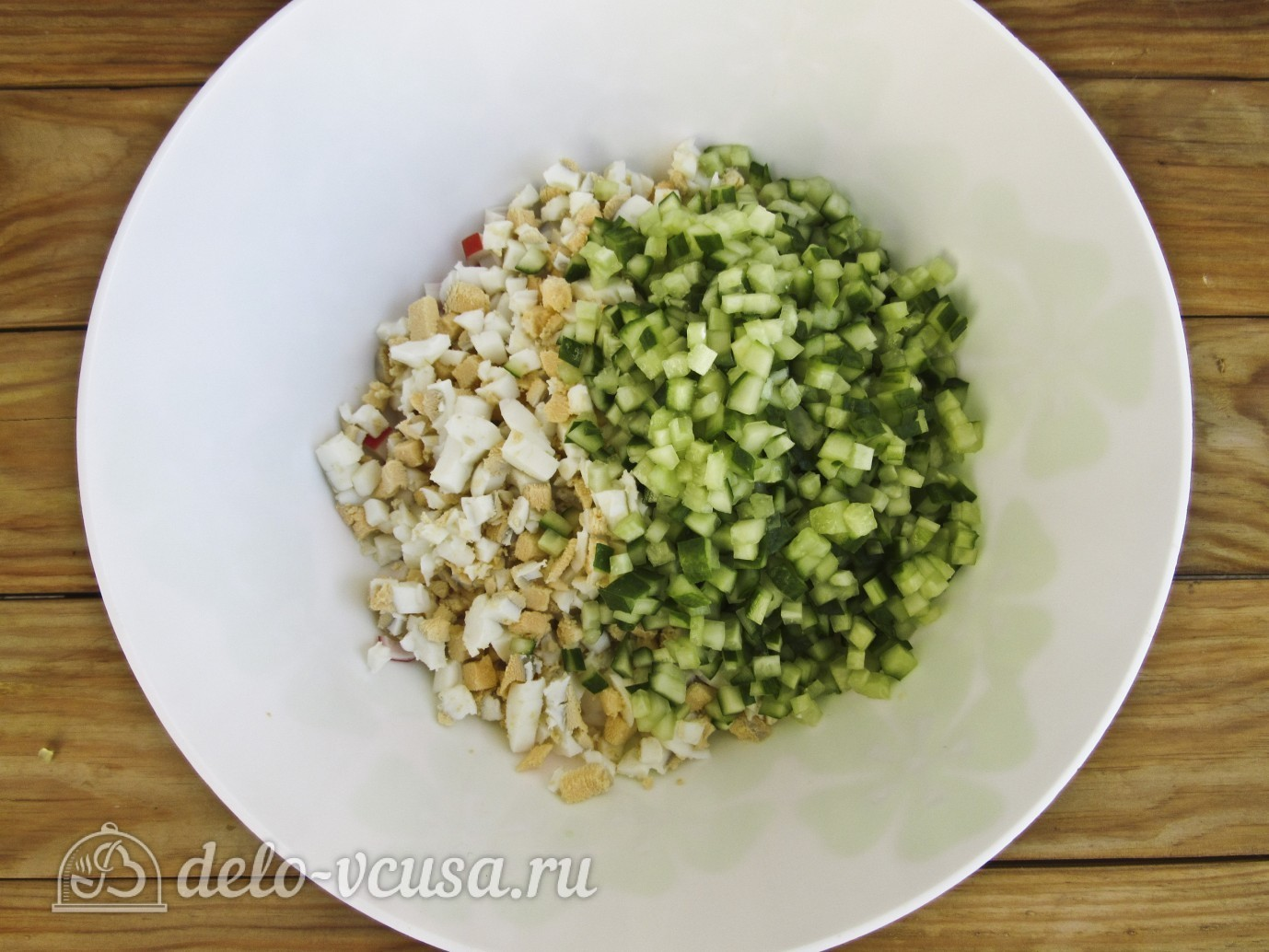 Крабовый салат с огурцом: Нарезаем огурцы