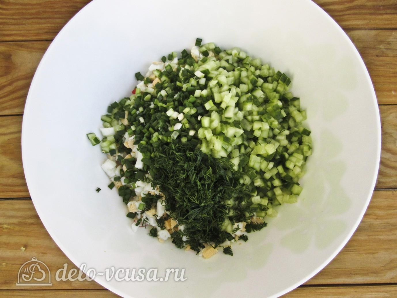 Крабовый салат с огурцом: Нарезаем зеленый лук и укроп