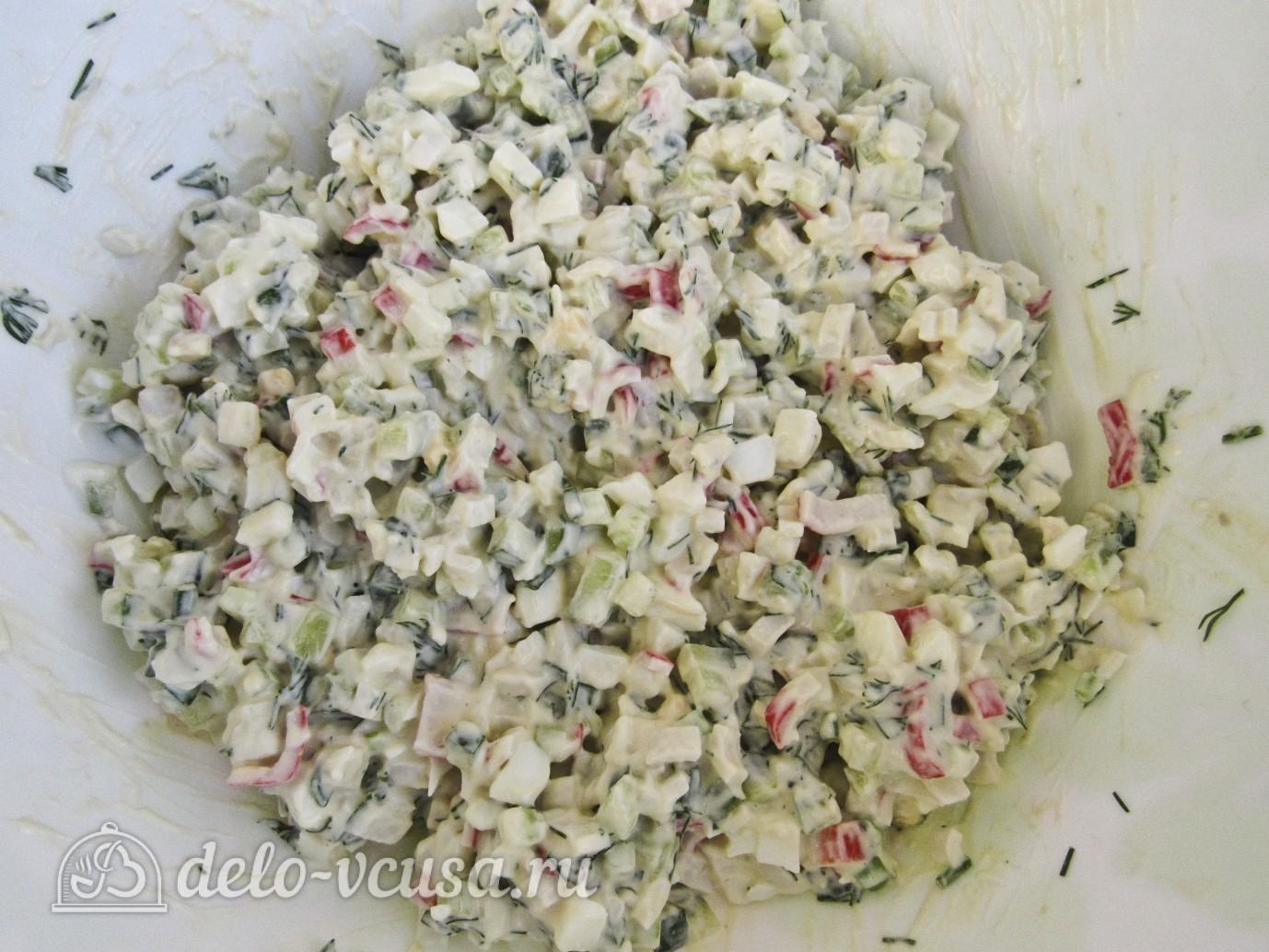 Крабовый салат с огурцом: Добавить майонез, соль, перец