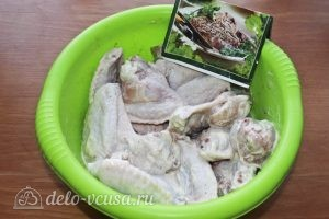 Куриные крылья с картофелем: Крылья солим и приправляем