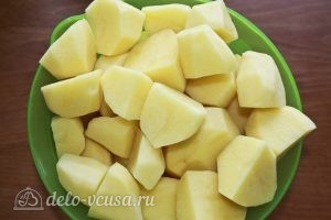 Куриные крылья с картофелем: Режем картофель