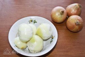 Куриные крылья с картофелем: Чистим и ополаскиваем репчатый лук