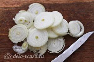 Куриные крылья с картофелем: Нарезаем лук кольцами