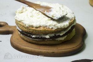 Медовый торт Пчелка: Смазать коржи кремом