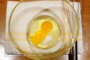 Оладьи с грибами: Смешиваем соль, сахар и яйца