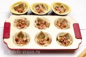 Омлет в корзинках из хлеба: Кладем в корзинки бекон