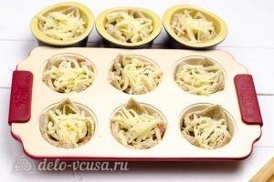 Омлет в корзинках из хлеба: Добавить сыр