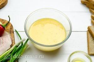 Омлет в корзинках из хлеба: Взбить молоко с яйцами