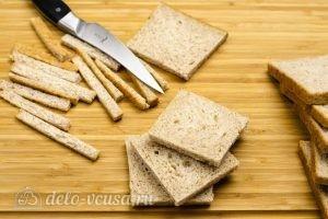 Омлет в корзинках из хлеба: Срезать хлебные корки