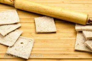 Омлет в корзинках из хлеба: Раскатать хлеб скалкой
