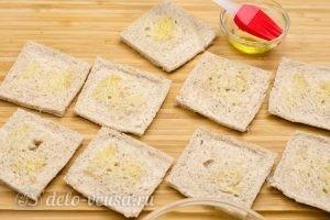 Омлет в корзинках из хлеба: Смазать хлеб маслом