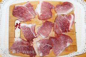 Свиные отбивные в панировке: Отбиваем мясо