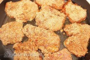Свиные отбивные в панировке: Выкладываем на сковороду отбивные