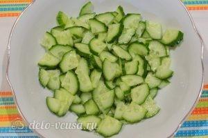 Овощной салат с фасолью: Нарезать огурцы