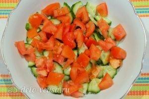 Овощной салат с фасолью: Нарезать помидор