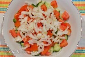 Овощной салат с фасолью: Нарезать лук