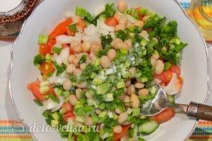 Овощной салат с фасолью: Добавить соль и масло