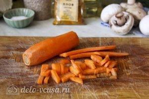 Плов с грибами: Нарезать морковь