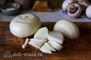 Плов с грибами: Нарезать лук