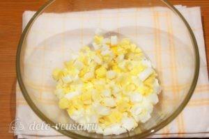 Салат с кукурузой и помидорами: Нарезать яйца