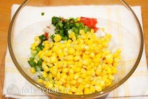 Салат с кукурузой и помидорами: Добавить кукурузу