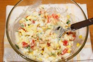 Салат с кукурузой и помидорами: Перемешать