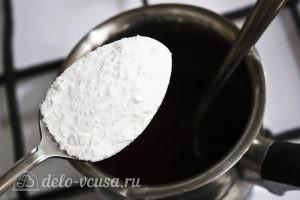 Штрудель с вишней из слоеного теста: Добавить сахар и кукурузный крахмал