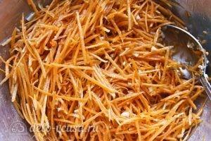 Рулетики с морковкой по-корейски: Оставляем морковь мариноваться