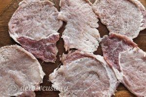 Рулетики с морковкой по-корейски: Отбиваем куски свинины